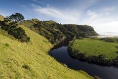 Hellende Landbouwgrond met een rivier op de kust van het Westen van Royalty-vrije Stock Afbeelding