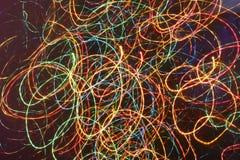 Heller abstrakter dunkler Hintergrund mit gewundenen Neonlichtern Stockfoto