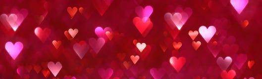 Heller abstrakter Hintergrund der roten und rosa Herzen Stockfotografie