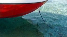 Heller angenehmer Feiertag des Bootssymbols durch das Meer oder den See Stockfoto