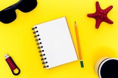 Heller Arbeitsplatz mit Notizbuch, Kaffee, Gläsern, Blitz-Antrieb und Starfish Stockbilder