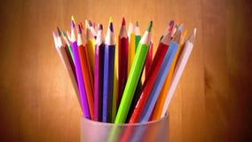 Heller Becher mit farbigen Bleistiften stock video