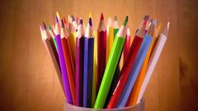 Heller Becher mit farbigen Bleistiften stock footage