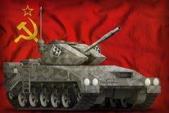 Heller Behälter APC mit Stadttarnung auf der Sowjetunion SSSR, UDSSR-Staatsflaggehintergrund 9. Mai Siegtageskonzept illu 3d Stockfotos