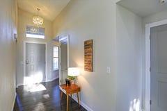 Heller beige Eingang mit ellegant Leuchter stockbild