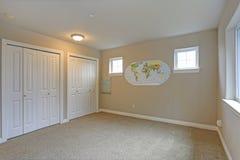 Heller beige Rauminnenraum mit weißen Wandschranktüren stockfoto
