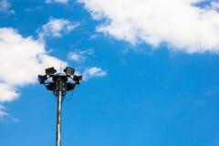 Heller Beitrag lokalisiert auf einem blauen Himmel Stockfotografie