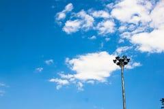 Heller Beitrag lokalisiert auf einem blauen Himmel Lizenzfreie Stockfotos