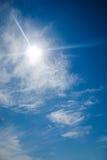 Heller blauer Himmel mit der Sonne, die Blendenfleck verursacht Lizenzfreies Stockbild