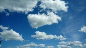 Heller blauer Himmel mit schönen Wolken lizenzfreie stockfotos