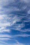 Heller blauer Himmel mit Weiß bewölkt Hintergrund stockfotos