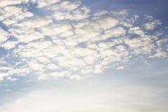 Heller blauer Himmel mit weißen Wolken stockfotografie