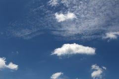 Heller blauer Himmel mit weißer Wolke stockbild