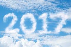 Heller blauer Himmel mit Wolken Wolken erscheinen als 2017 Zahlen Lizenzfreie Stockbilder
