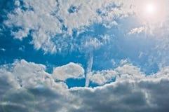 Heller blauer sonniger Himmel stockbild