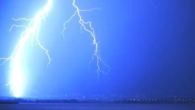 Heller Blitz über der Stadt Lizenzfreie Stockfotos