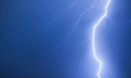 Heller Blitz auf einem dunkelblauen nächtlichen Himmel Lizenzfreie Stockfotos