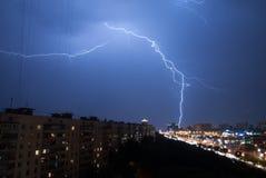 Heller Blitz im Himmel der Moskau-Stadt nachts Lizenzfreie Stockbilder