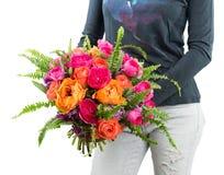 Heller Blumenstrauß in den Händen Stockfotografie