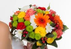 Heller Blumenstrauß in den Händen Lizenzfreies Stockbild