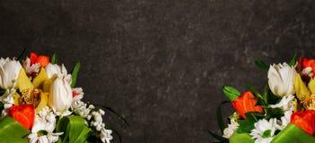 Heller Blumenstrauß von Blumen auf einem grauen Marmorhintergrund lizenzfreie stockfotos