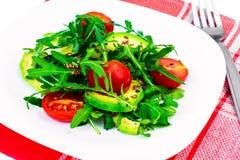 Heller diätetischer Salat vom Arugula, von der Avocado, von den tomates und vom Leinsamen Stockfotografie