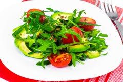 Heller diätetischer Salat vom Arugula, von der Avocado, von den tomates und vom Leinsamen Lizenzfreie Stockfotos