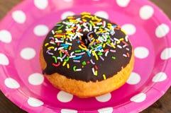 Heller Donut auf der Platte Lizenzfreies Stockfoto