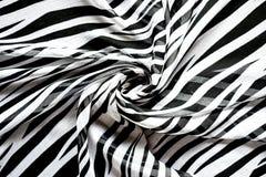 Heller eleganter transparenter Gasschal mit Schwarzweiss-Streifen mit einem Schwarzfarbhintergrund Draufsicht der Zebraverzierung Stockfotografie