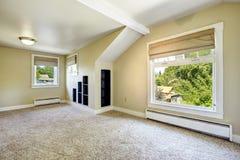 Heller Elfenbeinraum mit gewölbter Decke und eingebauten Regalen Emp Lizenzfreie Stockbilder