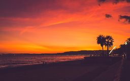Heller farbiger Sonnenuntergang auf Strand in Nizza Stockfoto