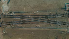 Heller Farbzug, der Schienen, Draufsicht weitergeht Fliegen ?ber Bahnstrecken stock video