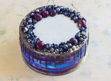 Heller festlicher blauer Kuchen mit Beeren und Schokolade Stockfoto