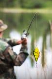 Heller Fischereiköder bevor dem Werfen Lizenzfreie Stockbilder