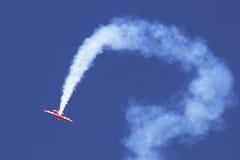 Heller flacher Flug am airshow lizenzfreie stockfotos