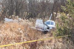 Heller Flugzeugabsturz nahe Landstraße Stockfoto