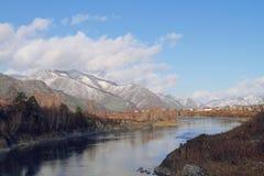 Heller Fluss, der in den Abstand verschwindet Lizenzfreies Stockfoto
