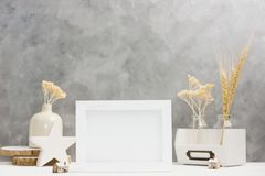 Heller Fotorahmenspott oben mit Anlagen im Vase, keramischer Dekor auf Regal gegen graue Wand Skandinavische Art Lizenzfreie Stockfotografie