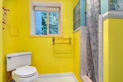 Heller gelber Badezimmerinnenraum Stockfoto
