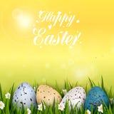 Heller gelber Hintergrund Fröhliche Ostern mit realistischen bunten verzierten Wachteleiern, -gras und -blumen Konzept für Gastst Lizenzfreie Stockbilder