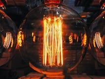 Heller glühender kugelförmiger Formabschluß der Klarglaslampe oben Dunkler Hintergrund Retro- Lampe Beleuchtung Edison antike lizenzfreies stockbild