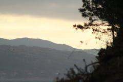 Heller Himmel über den Bergen Stockbild