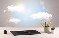 Heller Himmel mit Wolken und Schreibtisch Stockfoto