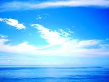 Heller Himmel, Wolke und Wasser Stockfotografie