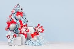 Heller Hintergrund des neuen Jahres - dekoratives Rot und blaue Tannenbaum- und verschiedenefestliche metallische Geschenkboxen m lizenzfreie stockfotos
