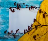 Heller Hintergrund mit blaue, blaue gemalt Farbenbretter, eine Niederlassung mit Äpfeln und Strickjacke mit Kopienraum Beschneidu Stockfoto