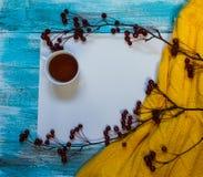 Heller Hintergrund mit blaue, blaue gemalt Farbenbretter, eine Tasse Tee, eine Niederlassung mit Äpfeln und Strickjacke mit Kopie Stockbilder