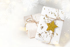 Heller Hintergrund mit Weihnachtsgeschenken Lizenzfreie Abbildung