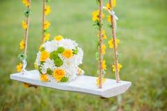 Heller Hochzeitsblumenstrauß der Braut auf dem Schwingen Stockbild