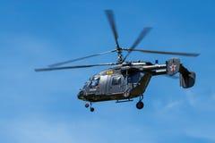 Heller Hubschrauber im Flug Lizenzfreies Stockbild